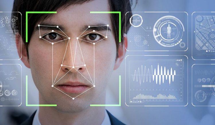 Homme analysé par un robot