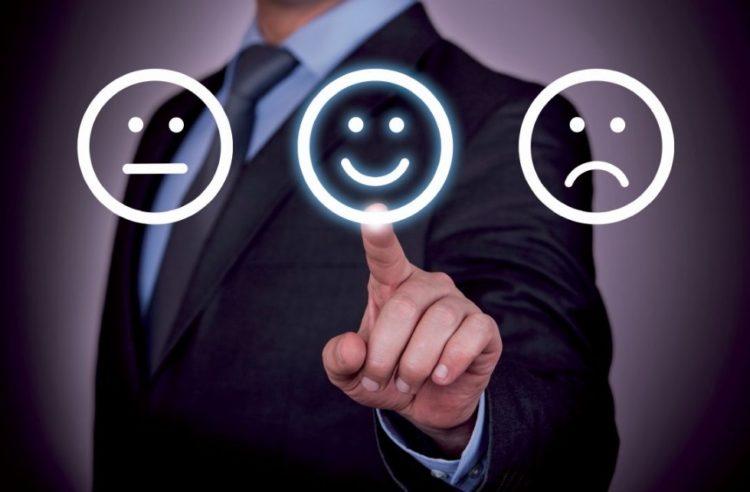 Un homme pointe un emoji content
